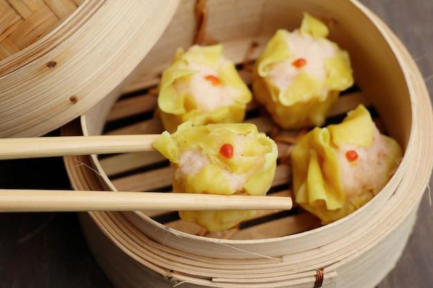 Chińskie krewetki na parze na parze
