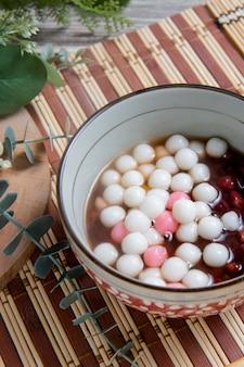 Chińskie kulki z kleistego ryżu chińskie są spożywane podczas yuanxiao podawane jako deser na święto latarni chińskie wesele i święto przesilenia zimowego