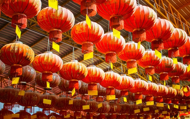 Chińskie lampiony z chińskimi słowami powitania nowego roku