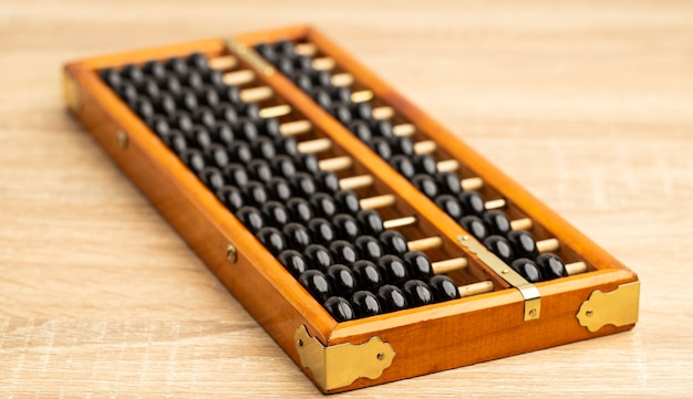 Chińskie liczydło vintage na brązowym drewnianym stole z przodu i miejsca kopiowania