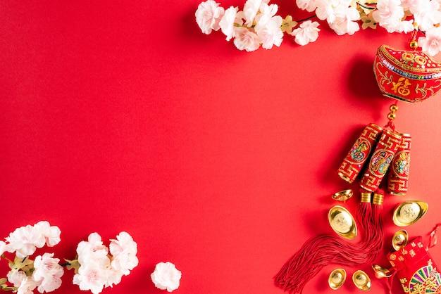 Chińskie nowego roku festiwalu dekoracje na czerwonym tle.