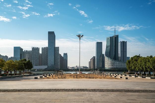 Chińskie nowoczesne miasto z drapaczami chmur w pobliżu rzeki
