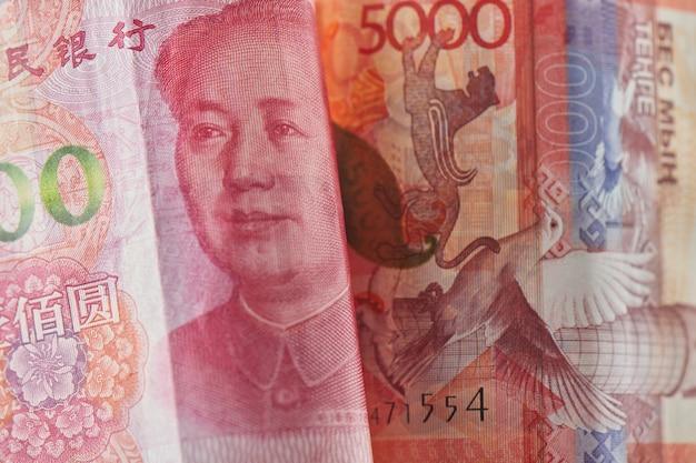Chińskie pieniądze yuan i kazachski tenge.