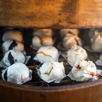 Chińskie pierożki gotowane na parze na tradycyjnej patelni bambusowej
