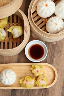 Chińskie pierożki na parze i bułki