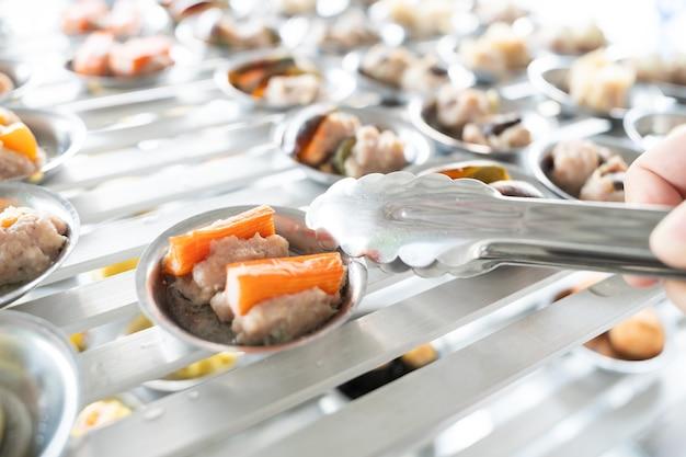Chińskie przygotowywanie warzywnych dim sum (yumcha). asian food tradycyjna kuchnia chińska.