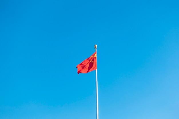 Chiny flaga na niebieskim niebie