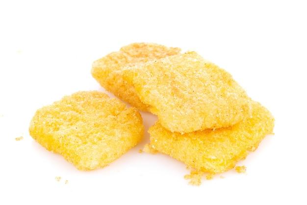 Chipsy kukurydziane na białym tle