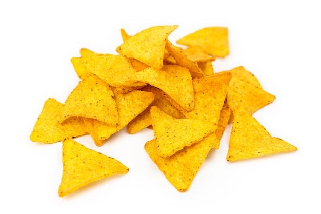 Chipsy kukurydziane nacho. żółte chipsy z mąki kukurydzianej.