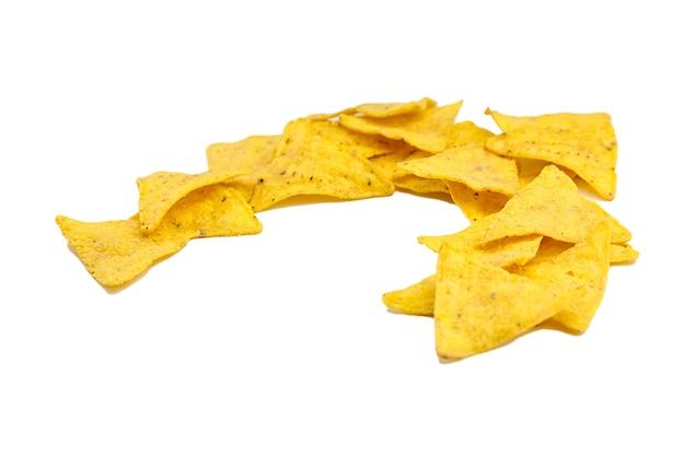 Chipsy kukurydziane nachos, przekąska na białym tle