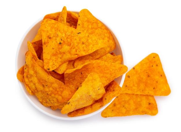 Chipsy nachos na białym tle zbliżenie chipsów kukurydzianych