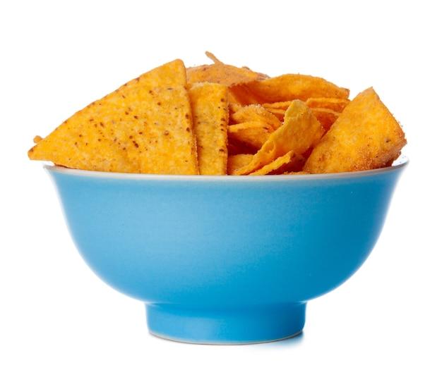 Chipsy nachos z bliska na białym tle