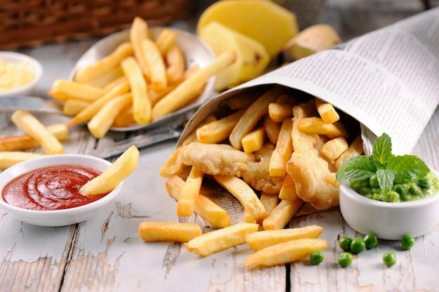 Chipsy rybne w drewnianym stole