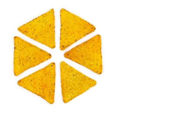 Chipsy tortilla na białym tle w kształcie koła z miejscem na tekst.