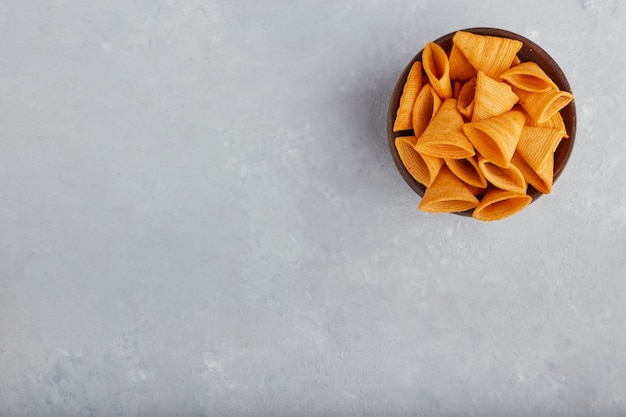 Chipsy w drewnianej misce, widok z góry.
