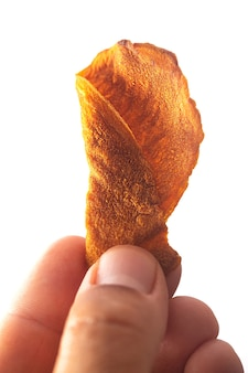 Chipsy warzywne w dłoni mężczyzny na białym tle