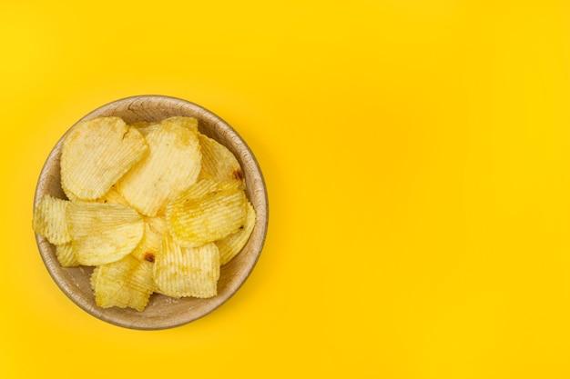 Chipsy ziemniaczane na białym tle na białym tle