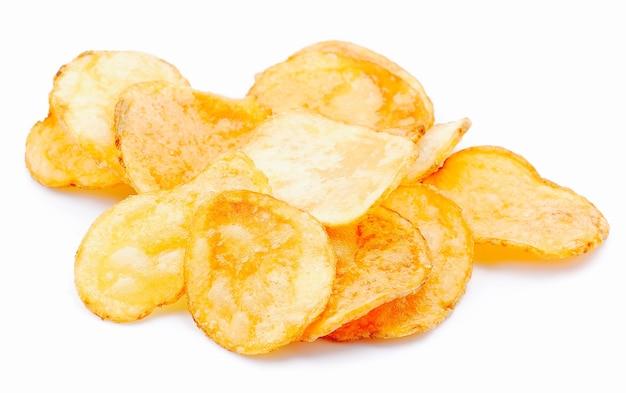 Chipsy ziemniaczane na białym tle.