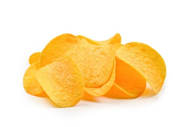 Chipsy ziemniaczane na białym tle