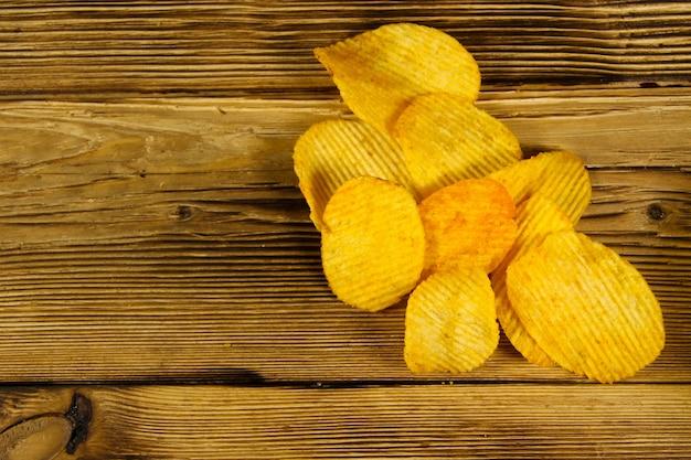 Chipsy ziemniaczane na drewnianym stole
