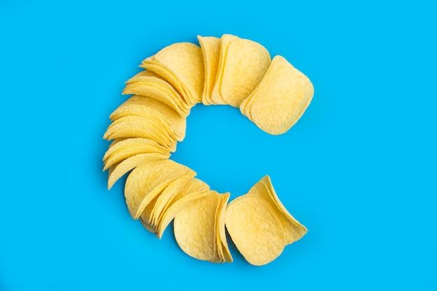 Chipsy ziemniaczane na jasnoniebieskim tle