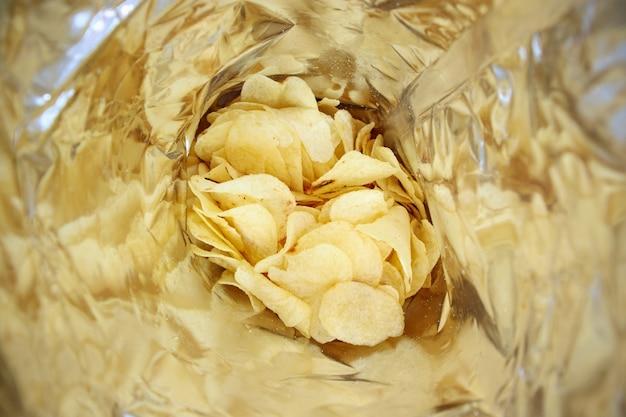 Chipsy ziemniaczane w ich opakowaniu