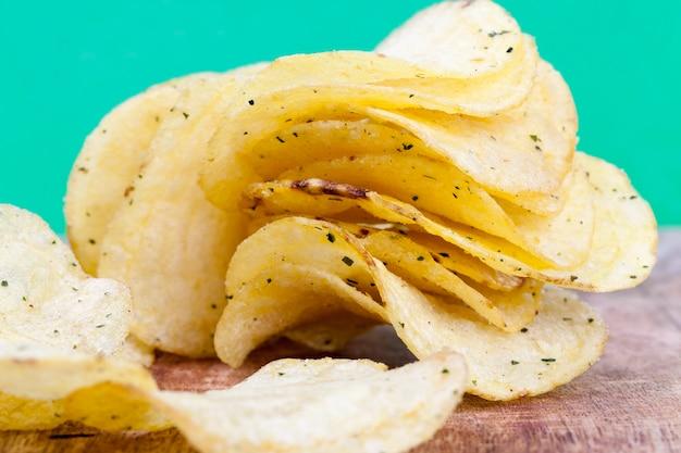 Chipsy ziemniaczane z dodatkiem soli i przypraw dla wzmocnienia smaku