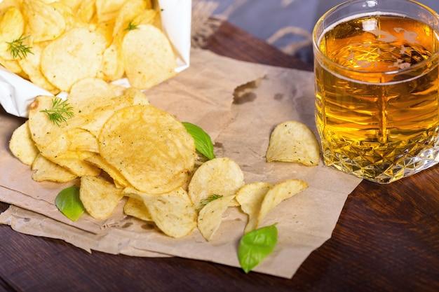 Chipsy ziemniaczane z solą i warzywa z piwem