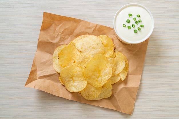 Chipsy ziemniaczane z sosem śmietanowym