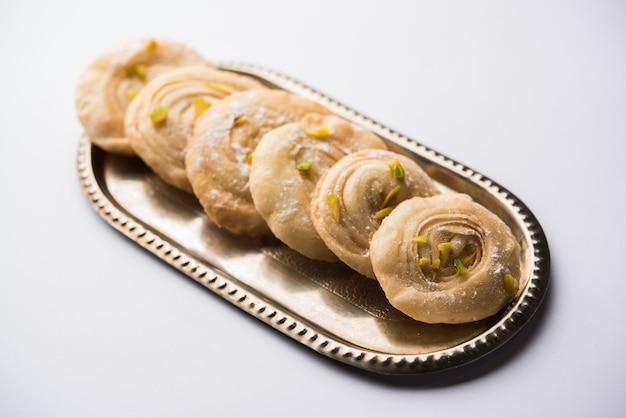 Chirote lub chiroti to słodkie danie z karnataki i maharashtry. podawany w talerzu jako deser na święta lub wesele. selektywne skupienie