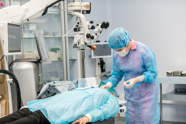 Chirurdzy oka wykonują operację na pacjencie. chirurdzy w pracy. koncepcje medyczne