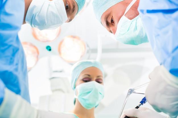 Chirurdzy pracujący w sali operacyjnej