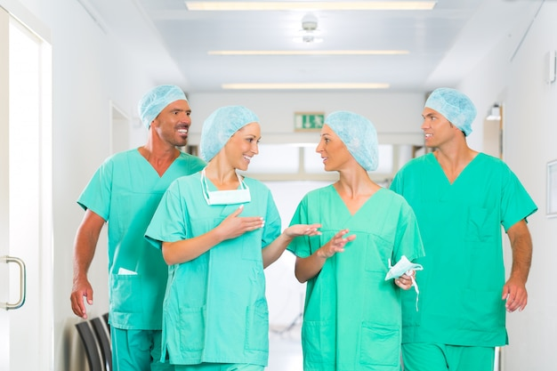 Chirurdzy w szpitalu lub klinice jako zespół