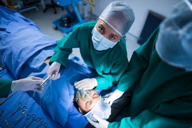 Chirurdzy wykonujący operacje w teatrze operacji