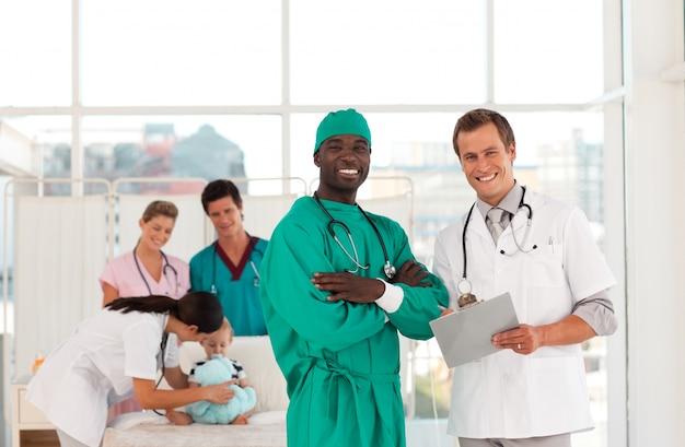 Chirurg i lekarz z zespołem medycznym
