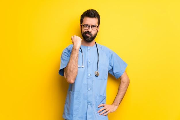 Chirurg lekarz mężczyzna z gniewnym gestem