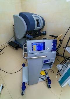 Chirurg małoinwazyjny wykorzystujący urządzenie zrobotyzowane. minimalnie inwazyjna innowacja chirurgiczna, chirurgia robotem medycznym z endoskopią.