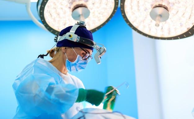 Chirurg operujący pacjenta na sali operacyjnej
