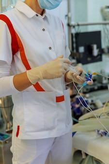 Chirurg, pielęgniarka anestezjolog lub anestezjolog na sali operacyjnej
