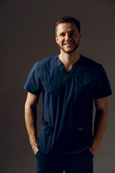 Chirurg ubrany w szlafrok medyczny. przystojny lekarz pozowanie