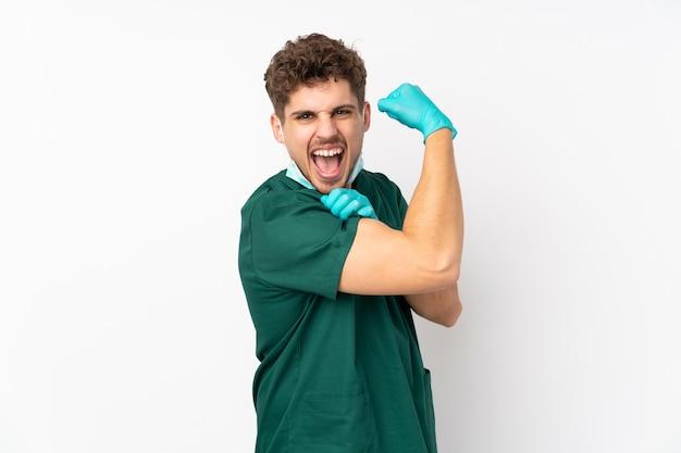 Chirurg w zielonym mundurze na białym tle biały robi silny gest
