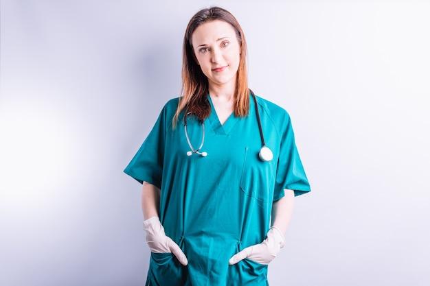 Chirurg z rękami w kieszeniach patrzący na wprost. koncepcja medycyny. lekarze