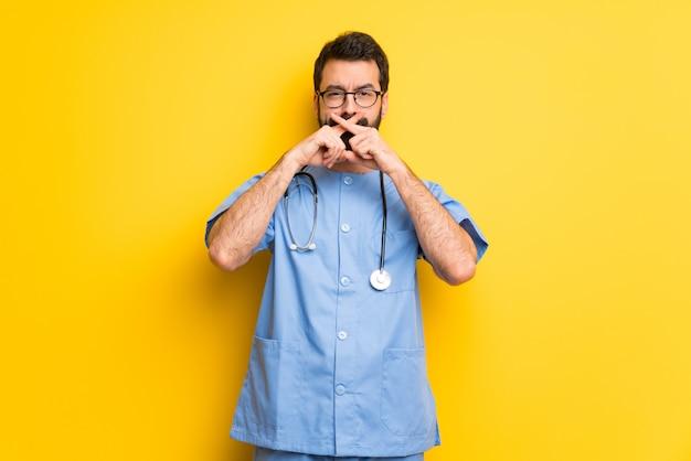 Chirurga doktorski mężczyzna pokazuje znaka cisza gest