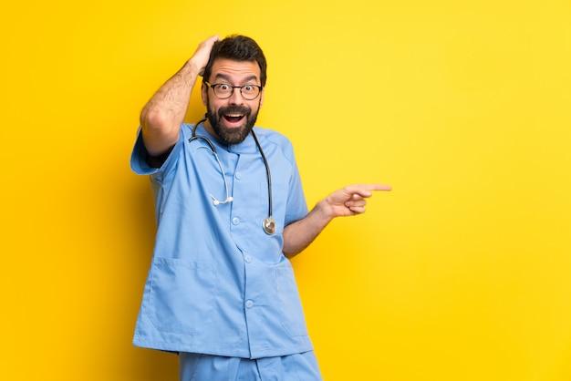 Chirurga lekarki mężczyzna wskazuje palec na stronę i przedstawia produkt