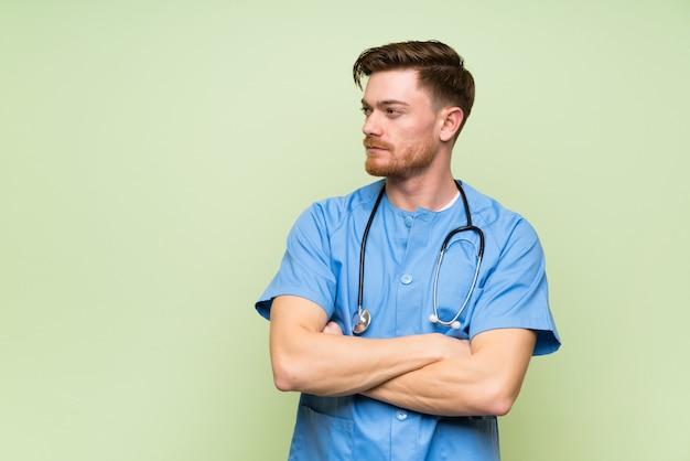 Chirurga lekarza mężczyzna pozycja i przyglądająca strona