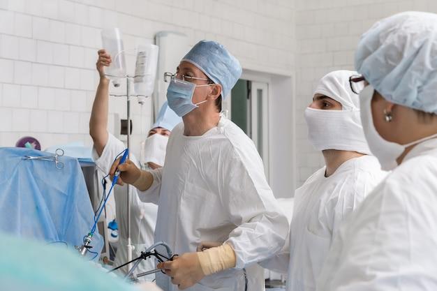 Chirurgia laparoskopowa. chirurg wykonuje operację.