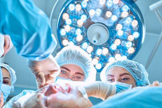 Chirurgia, medycyna i ludzie pojęć, - grupa chirurdzy przy operacją w sala operacyjnej przy szpitalem