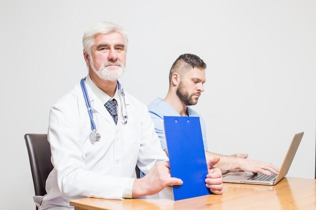 Chirurgiczne personelu zdrowia tle patrząc studio