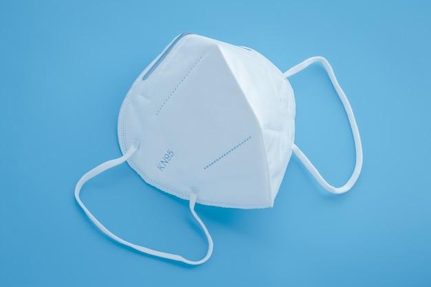 Chirurgiczny respirator kn95, biała ochronna maska medyczna zakrywająca usta i nos.