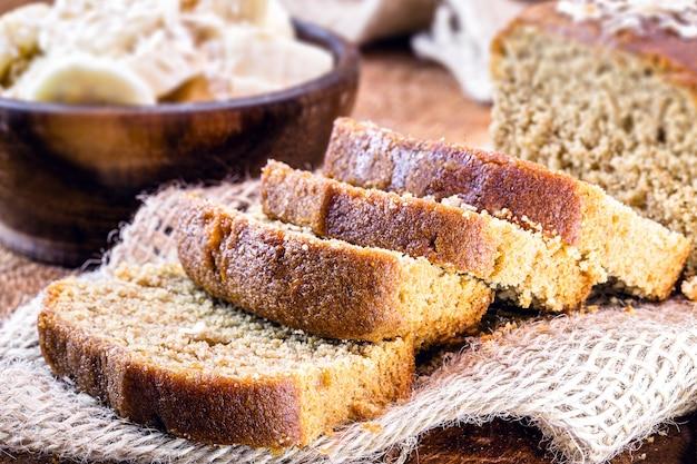Chleb bananowy, wegański chleb bez produktów pochodzenia zwierzęcego, bez mleka